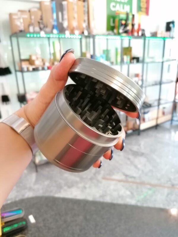 Black Leaf xxl Grinder grosse Mühle 90mm Durchmesser 4 teilig thc zerkleinern hanf kaufen online shop offen günstig schweiz